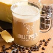 kop koffie met kokosolie en boter