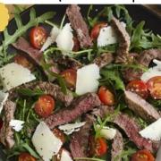 salade met biefstuk, trostomaatjes en parmezaanse kaas