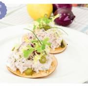 gerookte kaas crackers met tonijnsalade