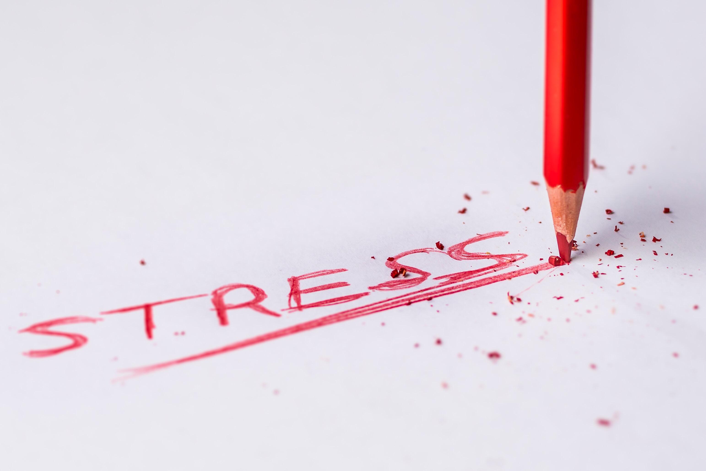 rood potlood schrijft stress